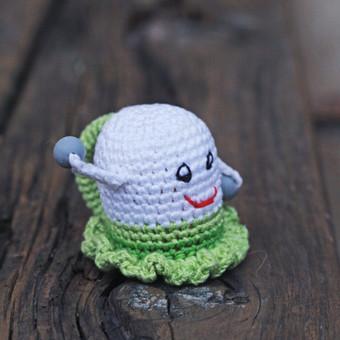 Žalsva mergytė. Žaisliukas pritaikytas mažyliui: ypač plona rankenėlė patogi paimti, lengvas, kad būtų nesunku pakelti, visiškai saugus - be jokių aštrių kampų, įnerti speciailiai kram ...