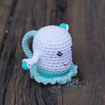 Žavinga mergytė. Žaisliukas pritaikytas mažyliui: ypač plona rankenėlė patogi paimti, lengvas, kad būtų nesunku pakelti, visiškai saugus - be jokių aštrių kampų, įnerti speciailiai kra ...
