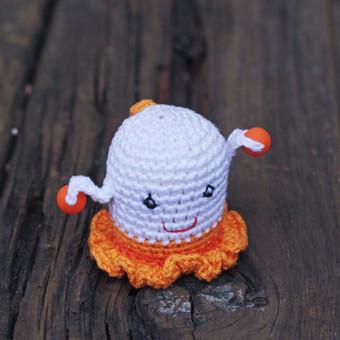 Oranžinė mergytė. Žaisliukas pritaikytas mažyliui: ypač plona rankenėlė patogi paimti, lengvas, kad būtų nesunku pakelti, visiškai saugus - be jokių aštrių kampų, įnerti speciailiai k ...
