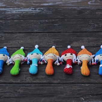 Pagamintos iš medvilnės, stimuliuoja lytėjimo pojūčius. Šių žaisliukų kūneliai yra minkšti, į plaukus įnerti mediniai karoliukai, o sagutės ant kūnelį ne tik puošia, bet yra žaismin ...