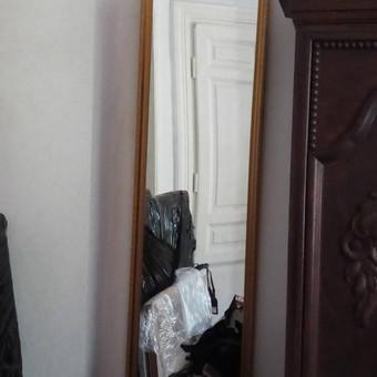 Veidrodis, kad ir neatliekantis savo tiesioginės funkcijos, privalo būti tinkamai pakabintas ant sienos.