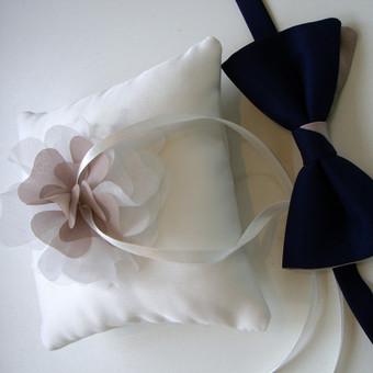 Prie suknelės ir šventės tematikos priderinta pagalvėlė, bei peteliškė.