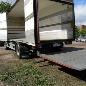 Kietašonis sunkvežimis su hidroliftu 7,5/2,45/2,45 m. Galima krauti iš šono ir iš galo. Vežami kroviniai iki 9t. svorio. Kaina Vilniuje: 23 eur/h minimalus iškvietimas 2h Užmiestyje: 0,75 ...