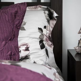 Neapkrauto miegamojo tekstilės detalės. Svarbiausia kuriant jaukų interjerą - keli pagrindiniai itin kokybiški daiktai.