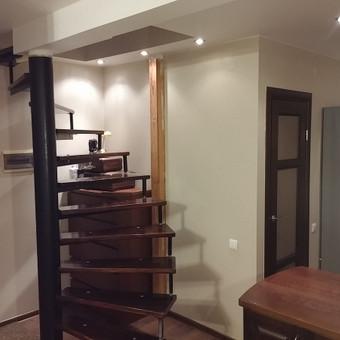 Pabaigus darbus. Išpjauta anga laiptams, sumontuoti laiptai, sumontuota sija, laikanti perdengimą, įrengta vonia ir virtuvė.