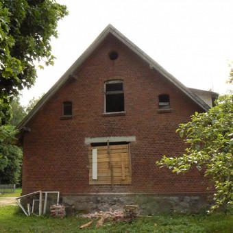 Taip atrodė namas iš lauko jau padidinus langą ir sumontavus laikančiąsias sąramas.
