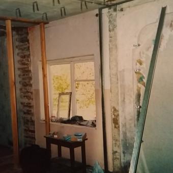 Pradedant darbus. Išgriauta kapitalinė siena, langas prieš didinimą.