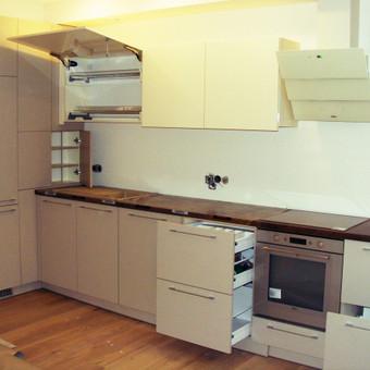 #Virtuvės baldai. Raštuota apatinė dalis, viršus blizgus lmdp.