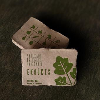 Vizitinės kortelės iš perdirbto popieriaus ir bešvinių dažų.