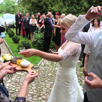 Trumpasis vestuvių filmukas - 4.02 min. klipas pagal jaunavedžių pasirinktą muzikinį kūrinį.
