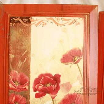 Pušies masyvo paveikslai (38X26 cm.) dekoruoti dekupažo technika, sendinti. Iš anos paveikslų pusės yra detalės pakabinimui.