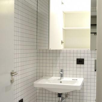 Vonios kambarys su sensorinę šviesą spintelės viduje