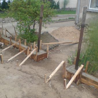 Tvoros pamato įrengimas, blokelių mūras, segmentų fiksavimas Jonavoje.