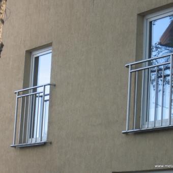 Modernūs nerudyjančio plieno prancūziški balkonai.