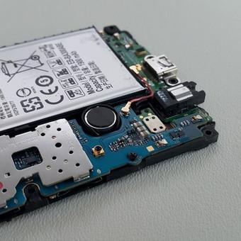 Drėgmė be gailesčio sugadina mobiliuosius. Mūsų svečias - pažeistas drėgmės Samsung Galaxy A3. Specialios įrangos ir priemonių pagalba pašalinome drėgmės pėdsakus ir pakeitėme ekraną ...