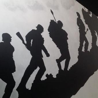Piešinys ant laiptų sienos kotedžo interjere. Sienų tapyba. Akrilas