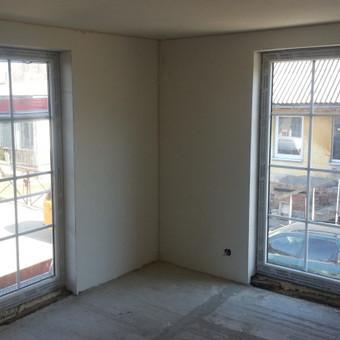 UAB Norai senos statybos namuose langų angas išdidina įdedant prancūziško stiliaus langus - stilingai atrodo, praleidžia daugiau šviesos, sukuria jaukumą.