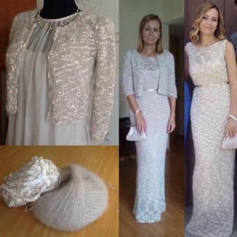 Megzta suknelė ir švarkelis; dirželis pagamintas iš odos ir aptrauktas šilku su dviem spaudėm nugaroj