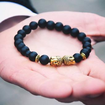 Juodojo agato Budos apyrankė Agatas - nuo senovės naudojamas kaip talismanas. Apsaugo nuo neigiamų energijų, bei neigiamų išorės reiškinių ir pavojų. Manoma, kad juodas akmuo padeda išsia ...