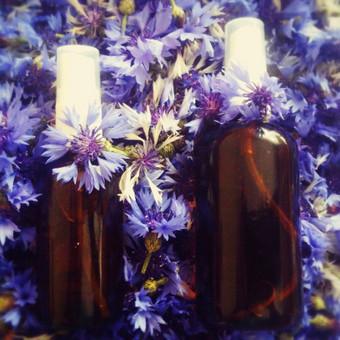 Hidrolatai – gėlių (augalų) vandenys, naudojami veidui, kūnui, plaukams, kosmetikos gamyboje. Išmokite pasigaminti hidrolatų su variniu alembiku! Profesionalios konsultacijos jau distiliuojan ...