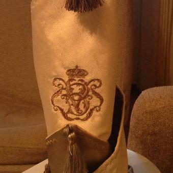 Prabangi stalo servetėlė su šeimos herbu arba inicialais