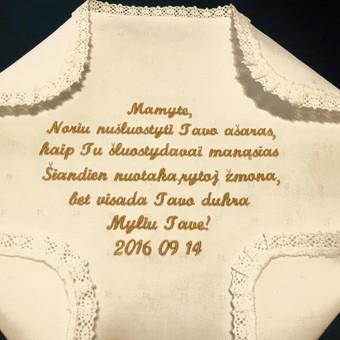 Siuvinėta nosinaitė, dovana mamai savo vestuvių proga