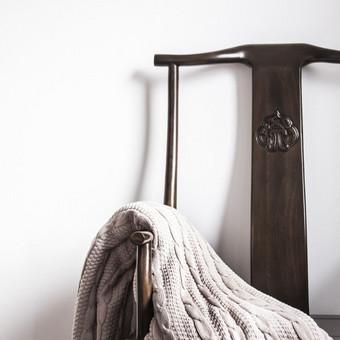 Kartais mažiau yra daugiau. Eukalipmedžio kėdė, baltos sienos ir megztas natūralaus bambuko pledas.