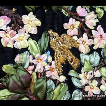 Gyvenimo medis. Sieninis paveikslas gobelenas. Remintas paveikslas.  Rankų darbo išsiuvinėtas juostelėmis ir siulais paveikslas. Tikslus siuvinėjimo ir jo tonavimo pakartojimas yra neįmanomas, kiekvienas išsiuvinėtas paveikslas yra vienintelis.   Didys 70 x 100 cm