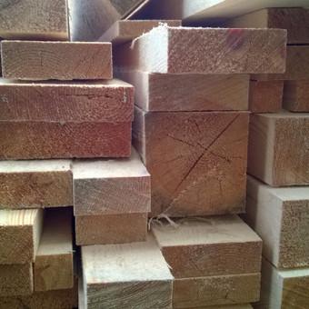 Pjauname pagal kliento užsakymą įvairių matmenų Statybinę mediena.