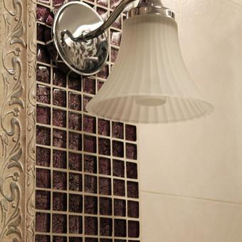 Sieninis šviestuvas, nors ir iš kitos kolekcijos, harmoningai dera su lubiniu šviestuvu.