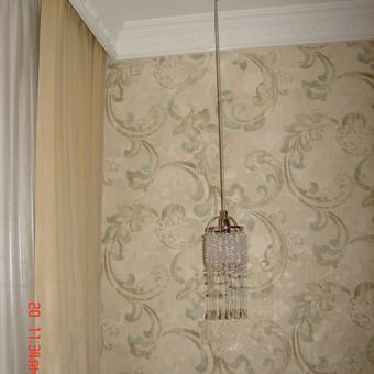 Naturalaus krištolo šviestuvėlai tikslingai nuleisti iš lubų, leidžia ekspluatuoti visu naktinės spintelės paviršiumi. Derinti su iš kitos kolekcijos centriniu, lubiniu šviestuvu.