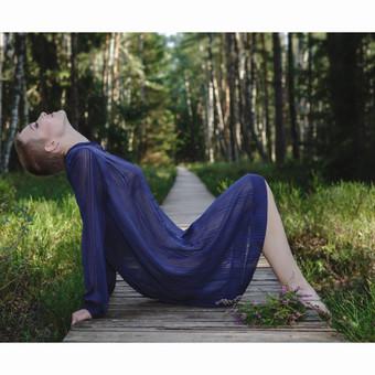 Mergina mėlyna suknele (asmeninė fotosesija)