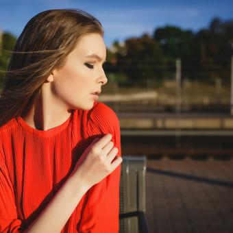 Mergina raudona suknele Lady in red (asmeninė fotosesija)