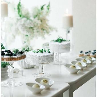 Pavasario vestuvių pasaka. Balta ir žalia. Lengva lengva. Desertai restorano Valick Valley, dekoras Roberta Drasutė, nuotrauka Jurgita Lukos.