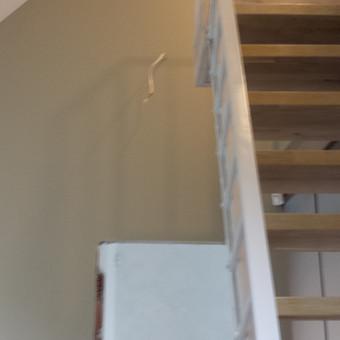 vaiko kambarys, laipteliai veda į miegamą zona,virš tėvų miegamo padarėme perdangą, taip suformavom dviaukštį vaiko kambarį.