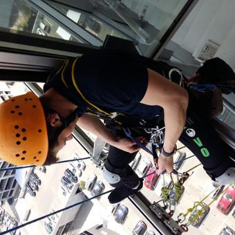 Aukštuminis langų plovimas, naudojant pramoninio alpinizmo įrangą.