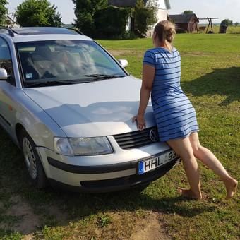 VW Passat iš pusiau priekio prie žmogaus