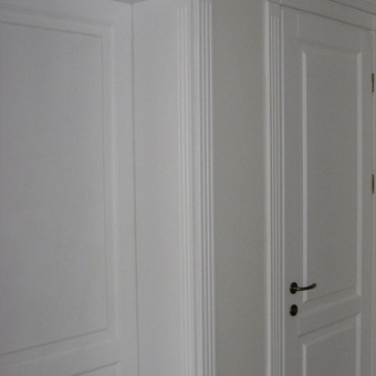 klasikinės durys su puoštais karnizais