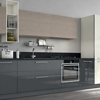 nedidelė moderni trijų spalvų virtuvė - apačia ir ūkinės spintos iš blizgaus MDF, pakabinamos spintelės - medžio tekstūra.