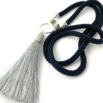 Ilgas kaklo papuošalas su sidabro spalvos kutu. Dekoruotas labradorito karoliukais