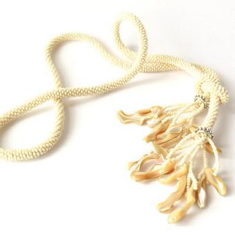Kreminis kaklo papuošalas su kriauklėmis