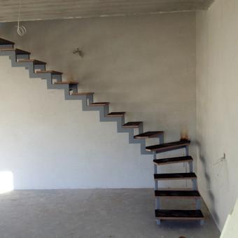 Laiptai, su laikinom pakopom.