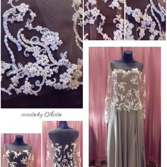 Brandžios nuotakos suknelė, korsetinė, su petnešėlėmis, skeltu priekyje ir rankomis siuvinėta gipiurinėmis detalėmis tiulio bliuskutė