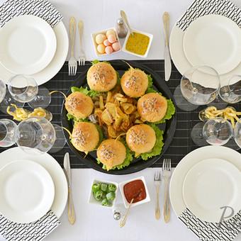 Mūsų dekoruotas stalas su mūsų vieno kąsnio užkandukais. Viską gaminame pagal užsakymą įvairiausiais kiekiais bei atvykstame į vietą paserviruoti ir padekoruoti furšetinio stalo.