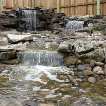 Krioklių, dekoratyvinių baseinų, fontanų įrengimas. Ne kas kitas kaip vandens šniokštimas pagyvins jusų kiemo aplinką. Atgyvinsime spalvas įrengdami apšvietimą tamsiam paros metui.