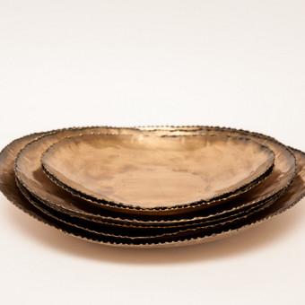 Žalvario spalvos serviravimo lėkštės
