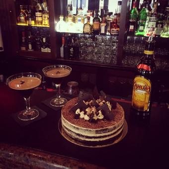 Espresso Martini tortas. Kahlúa likeris, Tamsaus šokolado biskvitai, kavos kremas, espresso.