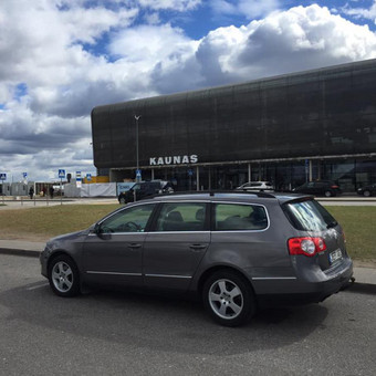VW Passat su automatine pavarų dėže, ypač talpus ir puikiai tinkantis ilgoms kelionėms, kadangi turi autopiloto funkciją, šildomas sėdynes, xenon žibintus. Dabar šis automobilis tik nuo 21 ...
