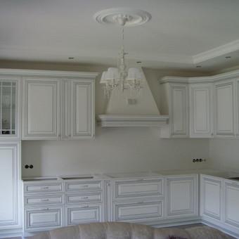 klasikinė virtuvė su baltais itališkais uosio fasadais, patinuotais sidabru.