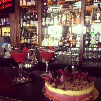 French martini kokteilio tortas. Aviečiu kremas su chambord likeriu, ananasu cremeaux su degtine, lengvas citrininis biskvitas, šokoladas ir avietės
